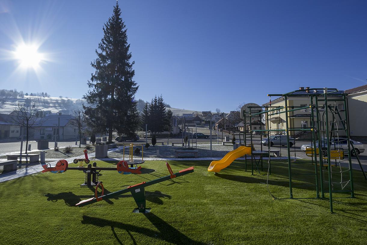 Detské ihrisko – umelá tráva – Novoť