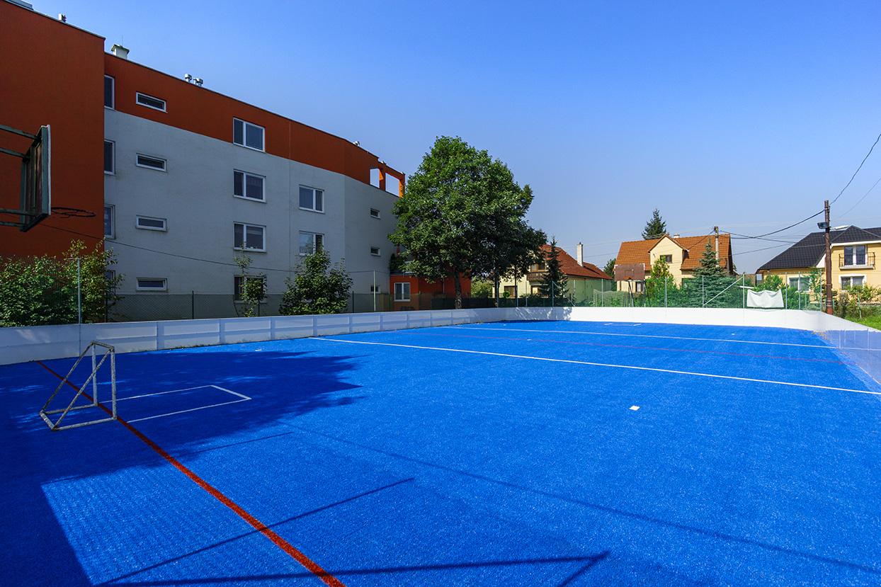 Hokejbalové ihrisko - pokládka umelej trávy - Mojš