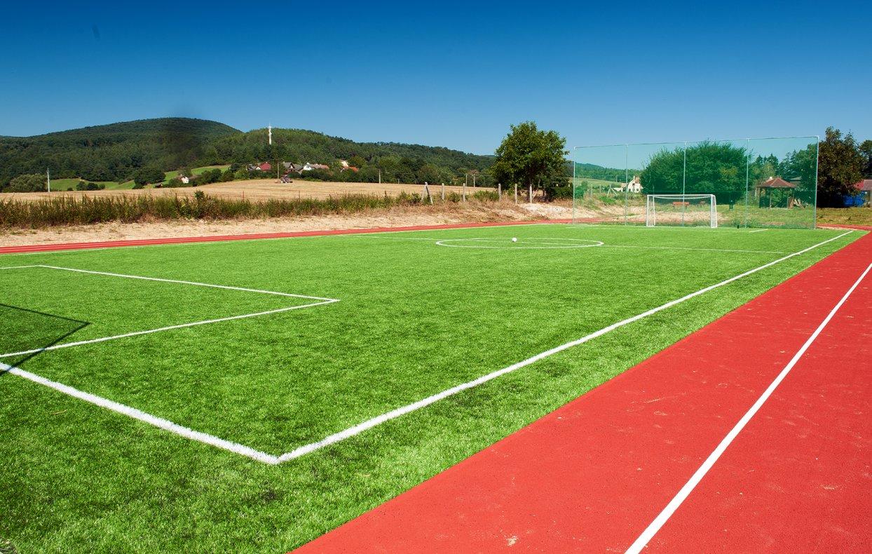 Športový areál s umelou trávou a atletickým oválom - Motešice