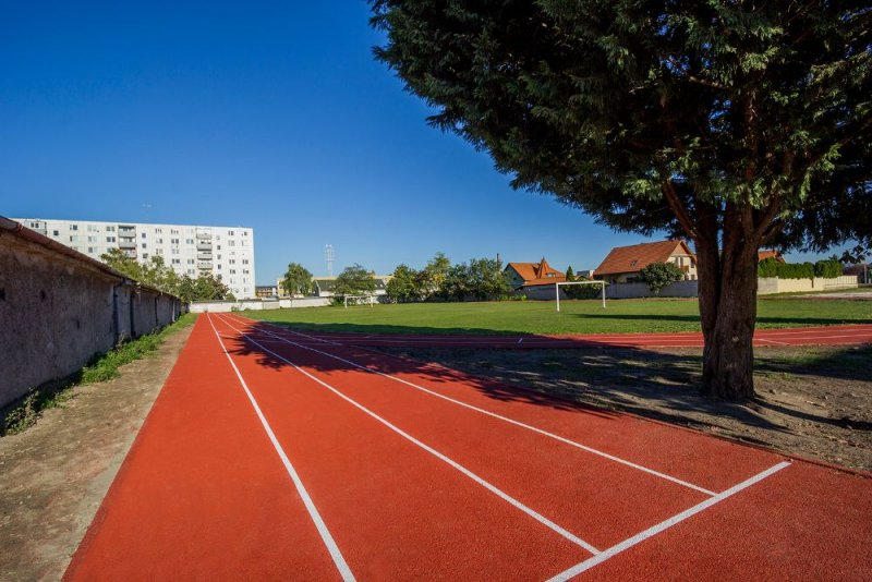 Atletická dráha – EPDM SP (tartan) – Dunajská Streda, ZŠ Jilemnického - Marotrade