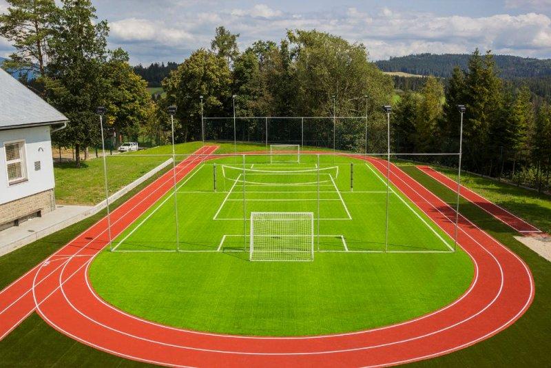 Atletický areál a futbalové ihrisko so zónami pre plánovaný fitnes a workout – EPDM SP + umelá tráva – Oravské Veselé - Marotrade