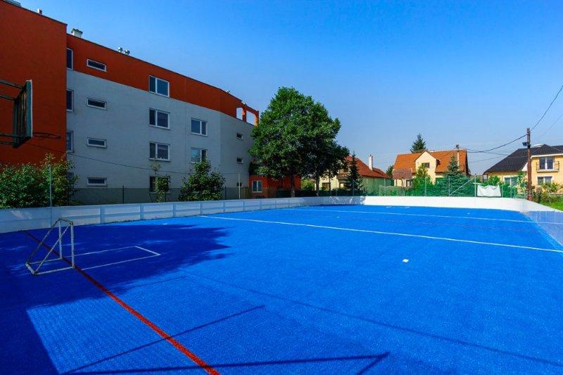 Hokejbalové ihrisko - pokládka umelej trávy - Mojš - Marotrade